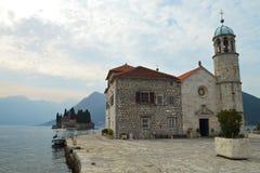 Ρωμαίος - καθολική εκκλησία της Virgin Mary στην κυρία μας στο νησάκι βράχων στον κόλπο Kotor, Μαυροβούνιο Στοκ Εικόνες