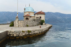 Ρωμαίος - καθολική εκκλησία της Virgin Mary στην κυρία μας στο νησάκι βράχων στον κόλπο Kotor, Μαυροβούνιο Στοκ Φωτογραφία