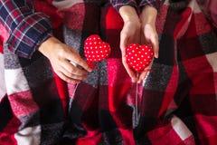 Ρωμανικά πουκάμισα καρό ζεύγους ιστορίας αγάπης που κρατούν τα κόκκινα χέρια δύο νέα ημέρα βαλεντίνων γυναικών ανδρών αγάπης καρδ στοκ φωτογραφίες