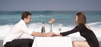 Ρωμανική δέσμευσης ζεύγους αγάπης σχέση εραστών παραλιών ωκεάνια Στοκ Φωτογραφία