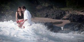 Ρωμανική δέσμευσης ζεύγους αγάπης σχέση εραστών παραλιών ωκεάνια Στοκ Φωτογραφίες