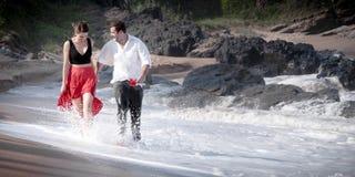 Ρωμανική δέσμευσης ζεύγους αγάπης σχέση εραστών παραλιών ωκεάνια Στοκ εικόνα με δικαίωμα ελεύθερης χρήσης