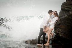 Ρωμανική δέσμευσης ζεύγους αγάπης σχέση εραστών παραλιών ωκεάνια Στοκ εικόνες με δικαίωμα ελεύθερης χρήσης