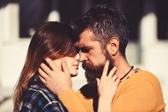 Ρωμανικός και χρονολογώντας την έννοια Άνδρας και γυναίκα με τα εμπαθή πρόσωπα στοκ εικόνα με δικαίωμα ελεύθερης χρήσης
