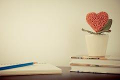 Ρωμανικό σημειωματάριο ημερολογίων λουλουδιών καρδιών αγάπης Στοκ φωτογραφίες με δικαίωμα ελεύθερης χρήσης