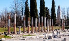 Ρωμαϊκά στήλες και καμπαναριό Aquileia Στοκ Φωτογραφίες