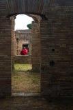 Ρωμαϊκές αψίδες με την κόκκινη ομπρέλα Ostia Antica Ιταλία Στοκ εικόνα με δικαίωμα ελεύθερης χρήσης