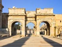 Ρωμαϊκές καταστροφές τόξων πυλών με τη σειρά στηλών πετρών στο ephesus Archaeolo Στοκ Εικόνες