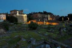 Ρωμαϊκές καταστροφές φόρουμ στο ηλιοβασίλεμα Στοκ Εικόνα