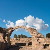 Ρωμαϊκή αψίδα στο αρχαιολογικό πάρκο της Πάφος στη Κύπρο, διάστημα Στοκ Φωτογραφίες