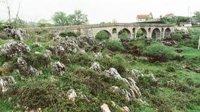 Ρωμαϊκή γέφυρα ( Rimski most)  σε IlidÅ ¾ α, Niksic Μαυροβούνιο Ξηρά γέφυρα πετρών σε ένα μικρό χωριό στοκ φωτογραφίες