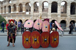 Ρωμαϊκή σειρά μάχης στρατού κοντά στο colosseum στην αρχαία ιστορική παρέλαση Ρωμαίων Στοκ Εικόνα