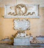 Ρωμαϊκοί αετός αυτοκρατοριών και λιοντάρι πετρών, στη σκεπαστή είσοδο πρόσοψης της βασιλικής του Santi ΧΙΙ Apostoli, στη Ρώμη, Ιτ Στοκ Φωτογραφία