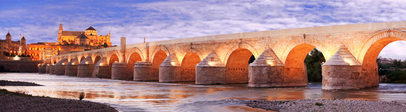 Ρωμαϊκοί γέφυρα και ποταμός του Γκουανταλκιβίρ, μεγάλο μουσουλμανικό τέμενος, Κόρδοβα, Spai στοκ εικόνες