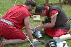 Ρωμαϊκοί στρατιώτες που επισκευάζουν το τεθωρακισμένο στοκ φωτογραφίες με δικαίωμα ελεύθερης χρήσης