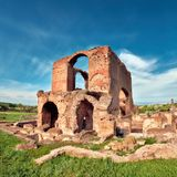 Ρωμαϊκό τοπίο με τις παλαιές καταστροφές τούβλου στον τρόπο Appia Στοκ Εικόνες