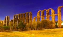 Ρωμαϊκό υδραγωγείο του Μέριντα το βράδυ Στοκ Εικόνες