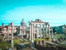 Ρωμαϊκό φόρουμ, στο κέντρο - στήλες του ναού Κρόνος, που ακολουθούνται από την αψίδα Septimius Severus Στοκ Φωτογραφίες