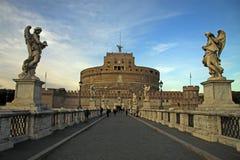 ΡΩΜΗ, ΙΤΑΛΙΑ - 20 ΔΕΚΕΜΒΡΊΟΥ 2012: Άνθρωποι στη γέφυρα Castel Sant'Angelo στη Ρώμη, Ιταλία Στοκ φωτογραφία με δικαίωμα ελεύθερης χρήσης