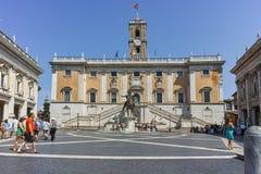ΡΩΜΗ, ΙΤΑΛΙΑ - 23 ΙΟΥΝΊΟΥ 2017: Άνθρωποι μπροστά από τα μουσεία Capitoline στην πόλη της Ρώμης Στοκ φωτογραφίες με δικαίωμα ελεύθερης χρήσης