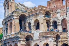 ΡΩΜΗ, ΙΤΑΛΙΑ - 13 ΙΟΥΝΊΟΥ 2015: Άνθρωποι που επισκέπτονται ρωμαϊκό Coliseum και που παίρνουν τις φωτογραφίες από την εξωτερική, η Στοκ Εικόνες