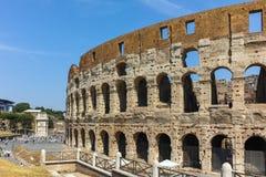 ΡΩΜΗ, ΙΤΑΛΙΑ - 24 ΙΟΥΝΊΟΥ 2017: Άνθρωποι που επισκέπτονται το εσωτερικό μέρος Colosseum στην πόλη της Ρώμης Στοκ φωτογραφία με δικαίωμα ελεύθερης χρήσης
