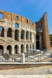 ΡΩΜΗ, ΙΤΑΛΙΑ - 24 ΙΟΥΝΊΟΥ 2017: Άνθρωποι που επισκέπτονται το εσωτερικό μέρος Colosseum στην πόλη της Ρώμης Στοκ Εικόνα