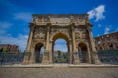 ΡΩΜΗ, ΙΤΑΛΙΑ - 13 ΙΟΥΝΊΟΥ 2015: Η αψίδα του Constantine στη Ρώμη, αυτό το μνημείο βρίσκεται μεταξύ του coliseum και υπερώιος Στοκ Φωτογραφίες
