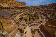 ΡΩΜΗ, ΙΤΑΛΙΑ - 13 ΙΟΥΝΊΟΥ 2015: Η εσωτερική άποψη ρωμαϊκού Coliseum, κάθε χρόνο πολλοί τουρίστες επισκέπτεται αυτόν τον ιστορικό  Στοκ Εικόνες