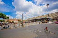 ΡΩΜΗ, ΙΤΑΛΙΑ - 13 ΙΟΥΝΊΟΥ 2015: Η σύγχρονη στάση λεωφορείου στη Ρώμη, άνθρωποι που περπατά γύρω και φέρνει το lugagge τους, Στοκ Εικόνες
