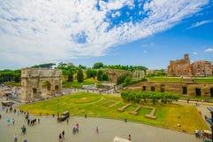 ΡΩΜΗ, ΙΤΑΛΙΑ - 13 ΙΟΥΝΊΟΥ 2015: Θεαματική άποψη από ρωμαϊκό Coliseum, την αψίδα του Constantine και το συμπαθητικό τετράγωνο Στοκ Φωτογραφία