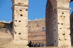 ΡΩΜΗ, ΙΤΑΛΙΑ - 19 ΙΟΥΝΊΟΥ: Πολλοί τουρίστες που επισκέπτονται το Colosseum ή το Coliseum, επίσης γνωστό ως αμφιθέατρο Flavian μέσ Στοκ Φωτογραφίες