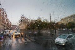 ΡΩΜΗ, ΙΤΑΛΙΑ - 15 Σεπτεμβρίου 2016: Άποψη σχετικά με τους ανθρώπους με τις ομπρέλες και τα αυτοκίνητα στην οδό της Ρώμης στο βροχ Στοκ Εικόνα