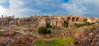 ΡΩΜΗ, ΙΤΑΛΙΑ - 12 Σεπτεμβρίου 2016: Άποψη σχετικά με το ρωμαϊκό φόρουμ στη Ρώμη κατά τη διάρκεια του ηλιοβασιλέματος Στοκ φωτογραφία με δικαίωμα ελεύθερης χρήσης