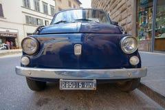 ΡΩΜΗ, ΙΤΑΛΙΑ 10 Σεπτεμβρίου 2016: Το μπλε παλαιό αναδρομικό αυτοκίνητο Φίατ που σταθμεύουν στην οδό της Ρώμης Στοκ Εικόνα