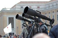 Φωτογράφοι με το μακρύ telephoto που περιμένουν τον παπά Francis Ι Στοκ Φωτογραφίες