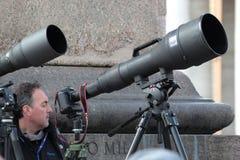 Φωτογράφοι με το μακρύ telephoto που περιμένουν τον παπά Francis Ι Στοκ εικόνα με δικαίωμα ελεύθερης χρήσης