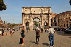 ΡΩΜΗ, ΙΤΑΛΙΑ, ΣΤΙΣ 7 ΑΠΡΙΛΊΟΥ 2016: Τουρίστες που επισκέπτονται Arco de Constanti Στοκ Φωτογραφία