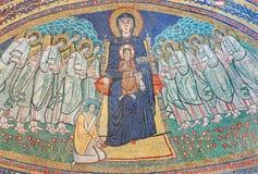 ΡΩΜΗ, ΙΤΑΛΙΑ: Apse μωσαϊκό Madonna μεταξύ των αγγέλων στο βυζαντινό ύφος στο Di Σάντα Μαρία βασιλικών στη Δομίνικα από τα 9 σεντ Στοκ φωτογραφία με δικαίωμα ελεύθερης χρήσης