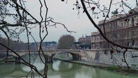 ΡΩΜΗ - 20 ΦΕΒΡΟΥΑΡΊΟΥ: Castel Sant Angelo προς τη πόλη του Βατικανού, ποταμός απόθεμα βίντεο