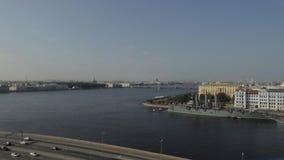 Ρωσία Άγιος-Πετρούπολη Ποταμός Neva Η αυγή ταχύπλοων σκαφών απόθεμα βίντεο