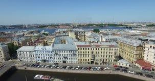 Ρωσία, Άγιος-Πετρούπολη, εναέριος τομέας πανοράματος άποψης του Άρη, γέφυρα τριάδας, του Peter και του φρουρίου του Paul, στέγες, απόθεμα βίντεο