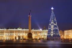 Ρωσία, Άγιος-Πετρούπολη, φωτισμός χριστουγεννιάτικων δέντρων τη νύχτα, κοντά στοκ εικόνα