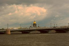Ρωσία, Αγία Πετρούπολη, άποψη του καθεδρικού ναού του ST Isaac πριν από μια καταιγίδα στοκ εικόνες