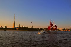 Ρωσία, Αγία Πετρούπολη, σκάφος με τα ερυθρά πανιά στον ποταμό στοκ εικόνες