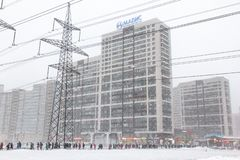 Ρωσία Αγία Πετρούπολη - Φεβρουάριος - 2019: χειμώνας, περιοχή Murino στον περίπατο ανθρώπων ώρας κυκλοφοριακής αιχμής στο μετρό D στοκ εικόνες με δικαίωμα ελεύθερης χρήσης