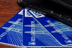 Ρωσία - 14 Δεκεμβρίου 2016: Κόκκινες κάρτες τράπεζας BNKV του Γκέιτς, οι οποίες σταμάτησαν τις καταθέσεις και σταμάτησαν Στοκ φωτογραφίες με δικαίωμα ελεύθερης χρήσης