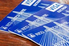 Ρωσία - 14 Δεκεμβρίου 2016: Κόκκινες κάρτες τράπεζας BNKV του Γκέιτς, οι οποίες σταμάτησαν τις καταθέσεις και σταμάτησαν Στοκ Εικόνες