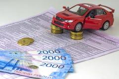 Ρωσία, διαγνωστική μηχανή επιθεώρησης καρτών, ασφάλεια αυτοκινήτου Το κόκκινο αυτοκίνητο είναι στις στήλες των νομισμάτων Διάφορα στοκ φωτογραφία με δικαίωμα ελεύθερης χρήσης