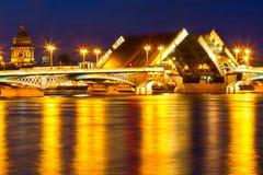Ρωσία, η Αγία Πετρούπολη, διπλό drawbridge Στοκ φωτογραφίες με δικαίωμα ελεύθερης χρήσης